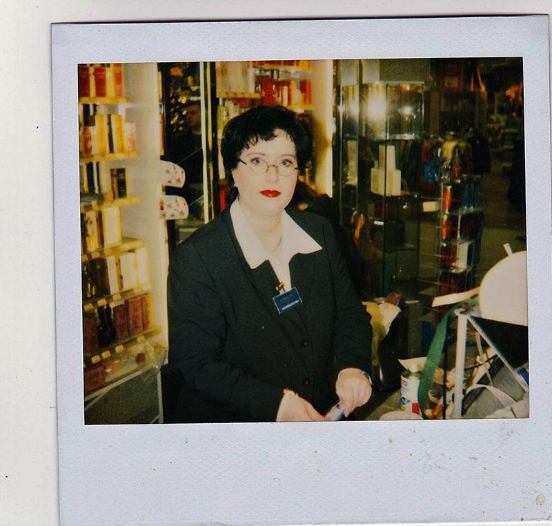 Frau Mundi in der Parfümerie